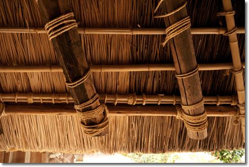 茅葺き屋根の裏